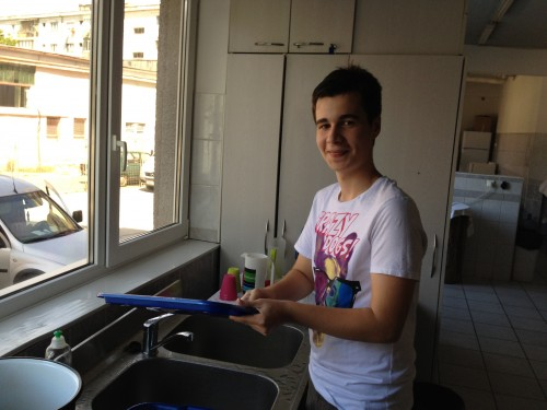 It's Edy's turn to wash the dishes!